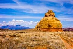 Kyrkan vaggar USA-huvudväg 163 191 i Utah öst av Canyonlands Natio Arkivbild