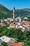 Kyrkatorn som stiger ovanför Mostar, Bosnien royaltyfria bilder