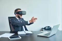 Kyrkbänk-kyrkbänk för affärsmanPlaying VR skytt Fotografering för Bildbyråer