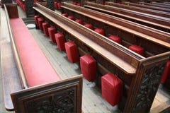 Kyrkbänkar i badabbotskloster Arkivfoton