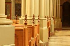 Kyrkbänkar i Sts Mary domkyrkabasilikan Covington KY Royaltyfri Foto