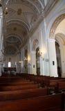 Kyrkbänkar inom domkyrkan av gamla San Juan Royaltyfri Foto