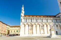 Kyrklig basilika för Chiesa di San Michele in foro St Michael Roman Catholic på den piazzaSan Michele fyrkanten i historisk mitt  fotografering för bildbyråer