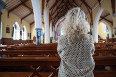 kyrklig be kvinna Arkivfoton