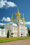 Kyrklig byggnad i Peterhof Arkivbilder