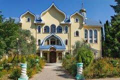 Kyrklig byggnad med lättheter för söndagsskola och en helig ande för huskyrka kyrktar på Treenighetkyrkan för russia sochi för 20 Royaltyfri Fotografi