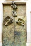 Kyrklig dörr i Varsavia i Polen Arkivbild