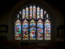 Kyrklig fönsterjulkrubba för målat glass royaltyfri bild