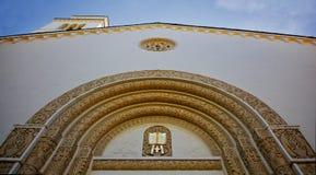 kyrklig facade som ser utsmyckat övre royaltyfri bild