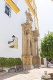 kyrklig fasad med gulingklippning i Marbella, Andalucia Spanien royaltyfri foto