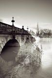 kyrklig flod för bro Royaltyfri Bild