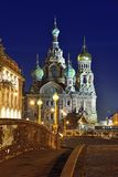 Kyrklig frälsare på blod i St Petersburg, Ryssland förtöjd sikt för nattportship Royaltyfria Foton