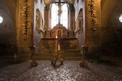 kyrklig gammal ossuary Arkivbilder