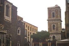 Kyrklig Gesu nuovo och gammalt torn i Naples Arkivbild