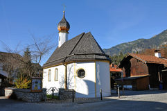 kyrklig grainau nära byzugspitze Royaltyfria Bilder