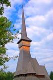 kyrklig himmel som lyfter surdesti till trä Arkivfoto