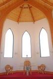 Kyrklig inre - altare och Windows Royaltyfri Foto