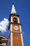 Kyrklig klocka och klocka för fönster för olgiateolonaItalien kyrka Arkivbild