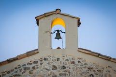 Kyrklig klocka på litet kapell Arkivfoton