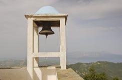 Kyrklig klocka som förbiser dimmiga öar Royaltyfri Foto