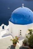 kyrklig kupolformig santorini för blue Royaltyfri Bild