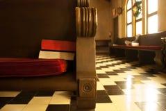 Kyrklig kyrkbänk med bibeln och psalmboken Arkivfoton