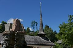 Kyrklig kyrktorn i Gstaad arkivbilder