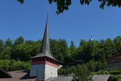 Kyrklig kyrktorn i Gstaad arkivbild