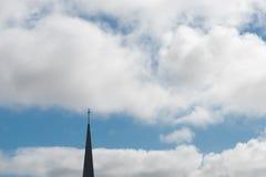 Kyrklig kyrktorn med ett kors Royaltyfri Fotografi