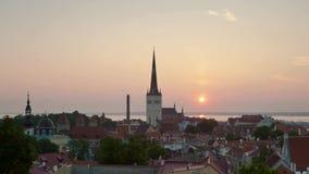 Kyrklig morgon för stadsoluppgångsol arkivfilmer