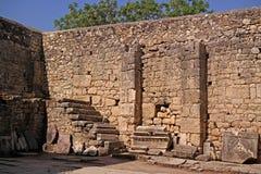 kyrklig nicholas st Demre Turkiet Arkitektoniska beståndsdelar föreställs i den kyrkliga gården Arkivbilder