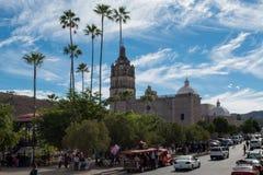 Kyrklig och huvudsaklig plaza i Alamos, Mexico Arkivfoton