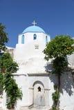 Kyrklig och orange tree på den Paros ön Arkivbilder