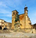 Kyrklig och rid- staty av Francisco Pizarro i Trujillo Arkivbilder