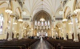 kyrklig parlord som lovordar bröllop Arkivbild