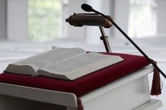 kyrklig predikstol för bibel Arkivfoton