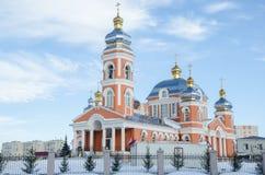 kyrklig ryss Tempel av St-serafen av den Sarov och tempelnollan Arkivbilder