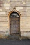 Kyrklig sidodörr med skallen och ben Royaltyfri Bild