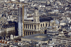 kyrklig sikt för stadsfrance paris sky Arkivbilder
