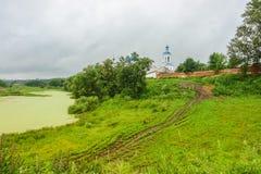 Kyrklig sommar för flod för regn Arkivfoton