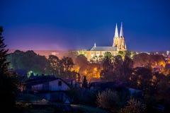 Kyrklig stadsscape på natten arkivfoton