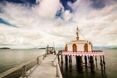Kyrklig tempel i havsön Thailand Arkivfoton