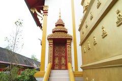 Kyrklig thai tempeldörr Royaltyfria Bilder