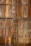 Kyrklig wood dörr för antikvitet i Canete Cuenca Spanien Royaltyfri Fotografi
