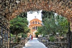 Kyrkliga Agios Nektarios med Epta Pige Arkivbilder
