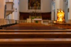 Kyrkliga bänkar i katolska kyrkan fotografering för bildbyråer