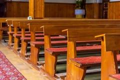 Kyrkliga bänkar med litet djup på sparat Royaltyfri Bild