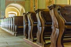Kyrkliga bänkar med litet djup på sparat Arkivfoton