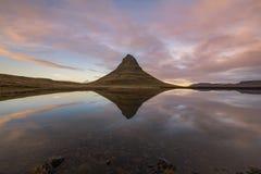 Kyrkliga bergreflexioner på solnedgången Arkivfoto