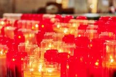 Kyrkliga bränningstearinljus i glass ljusstakar Arkivbilder